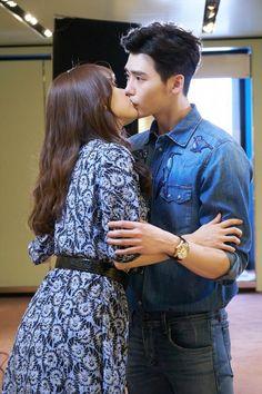 Lee jong suk w two worlds Han Hyo Joo Lee Jong Suk, Jung Suk, Lee Jung, W Kdrama, Kdrama Actors, Movie Couples, Cute Couples, W Korean Drama, Kang Chul