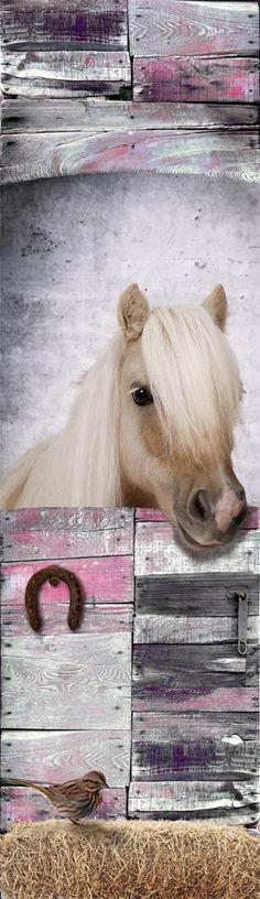 Een stoere en lieve paarden muursticker. Wie wil er nu niet zo'n lief paardje op zijn kamer? De grijs en roze tinten in combinatie met de sloophout look maken deze paarden sticker een top idee voor de meidenkamer!