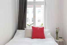 Klein Aber Fein: Schlichtes, Helles Schlafzimmer Mit Großem Fenster Und  Gemütlichem Bett In Berliner