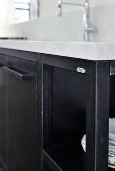 Cucina in ferro con top in acciaio. Per altre foto… | Tavoli ...