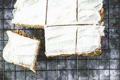 INGREDIENSER        3 gulrøtte      4 egg      400 gram cottage cheese      4 dl havrekli      2 bananer      1 ss kanel      1/2 ss kardemomme      1 ts bakepulver      1 ts vaniljepulver         Glassur:             100 gram kremost naturelle      2 ts kanel      2 ss fibersirup eller annen søtning      2 ss vann