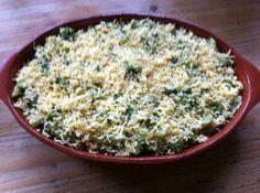 Broccoli- gehakt schotel is een lekker recept en bevat de volgende ingrediënten: *1 grote broccoli, *700 gr aardappelschijfjes, *500 gr gehakt, *100 gr geraspte kaas, *350 ml melk, *boter, *peper, zout,nootmuskaat, *ui, *teentje knoflook, *25 gr bloem