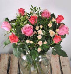 Met deze 5 slimme tips kun je bloemen veel langer bewaren. Dat zijn nog eens handige weetjes! Simple Flowers, Flowers Nature, Cut Flowers, Flower Bomb, Flower Art, Natural Cleaning Products, Flower Decorations, Cleaning Hacks, Flower Power