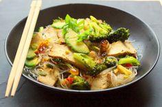 Bienvenue chez Spicy: Wok de brocoli au tofu fumé, avocat et nouilles (de soja, soba,riz ou konjac)