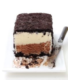 Mudslide Ice Cream Cake ~cocktail cake and it's a definite dessert treat! The cake is made from Kahlua churned into chocolate ice cream, and Bailey's churned into vanilla ice cream, then combined and covered with a crushed Oreo cookie crust. Brownie Desserts, Ice Cream Desserts, Frozen Desserts, Ice Cream Recipes, Frozen Treats, Just Desserts, Delicious Desserts, Dessert Recipes, Cake Recipes