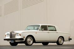 Rolls-Royce Silver Shadow nebyl špatný. Vlastně je to první opravdu moderní Rolls-Royce se samonosnou karoserií a moderní technikou. Tradiční klientela se bouřila, ale především kvůli velkému objemu výroby. Jako první Rolls-Royce ztrácel na ceně stejně rychle jako běžná auta. Časem si ho tak mohli dovolit i normální lidé. Ceny už ale neklesají, naopak. Silver Shadow je vyhledávaný i díky tomu, že je docela spolehlivý a dá se relativně levně a snadno spravit.