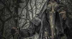「Steampunk Artwork(スチームパンク アートワーク)」のAlexander Schlesierさんが制作した「ペスト医者」の衣装や小道具。 骨を掲げた杖と独特なフォルムのゴーグル、歯車や蒸気機関を思わせるギミック、森やトウモロコシ畑から現れる、その姿に医師を連想する方はいないでしょう。 ですが、17世紀から18世紀のヨーロッパに蔓延した黒死病と戦った「ペスト医者」は鳥のようなマスクを被っており、元となっている姿もかなり不気味なのでスチームパンク感を除けば、当時はこんな雰囲気だったかもしれませんね。 ペスト医者が様々な衣装を身につけていたことがわかるが、中にはひと目で分かる独特の格好をするものもいた。できるだけ肌を露出させないよう全身をおおう蝋を引いた重布か革のガウン、つば広帽子、嘴(くちばし)の形をした円錐状の筒に強い香りのするハーブや香料、藁をつめた鳥の口ばしのような仮面(ペストマスク)、木の杖のひと揃いがその典型だった。wikiより マッドサイエンティスト感が堪らないですね。SF映画で登場しそうな雰囲気です。 imgur ...