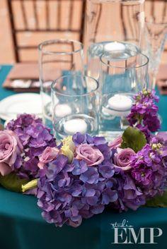 Candles centerpiece with purple and turquoise / Bougies de centre de table avec du violet et du turquoise