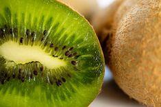 Quería hace tiempo escribir sobre esta magnífica fruta, el kiwi que estuvo muy de moda y con el tiempo ya no suele estar tanto en nuestra lista de la compra. Como siempre no solo me gusta comentar las bondades nutricionales, sino que también me gusta resaltar sus beneficios más ocultos. Esta fruta es una de Leer másKIWIS…