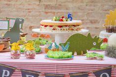 Naked cake e uma festa de aniversário de dinossauros