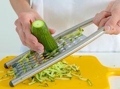 Reszeljük le az uborkát a reszelő durva felén - Tzatziki recept