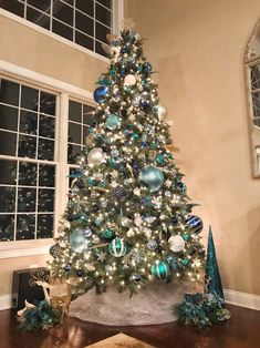 20 Awesome Christmas Tree Themes Décor Ideas For Home That Inspire You Teal Christmas Tree, Corner Christmas Tree, Blue Christmas Tree Decorations, Slim Artificial Christmas Trees, Elegant Christmas Trees, Christmas Tree Design, Silver Decorated Christmas Trees, Rustic Christmas, Xmas Tree