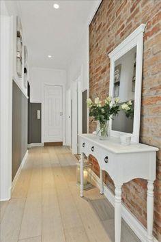 Lustro w białej ramie z tradycyjną toaletką