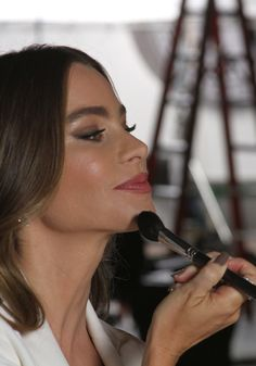 Click to find out how COVERGIRL Sofia Vergara gets her makeup look.