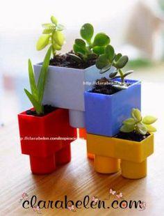 hacer unas macetas con piezas de juegos de construcción para niños.