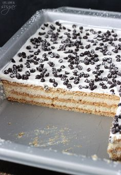 Cannoli Icebox Cake Cannoli Poke Cake – layers of cannoli filling and graham crackers make this an easy way to enjoy cannoli's without all the work! Icebox Desserts, Icebox Cake Recipes, Köstliche Desserts, Frozen Desserts, Dessert Recipes, Individual Desserts, Dessert Cannoli, Cannoli Poke Cake, Cannoli Filling