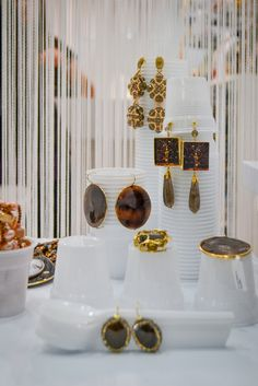 How to use plastic glasses to display jewels #confuortogioielli #creativedeco #homimilano