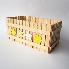 Kapesníkovník Originální dřevěný kapesníkovník zdobený nalepeným malým plotem a zdobený květinovými aplikacemi. Použité barvy a matný lak, kterým je přelakový plot, jsou zdravotně nezavadné a vhodné pro děti. Plot je ruční výroba, nestejná výška jednotlivých dřevíček je záměrem. Velikost: 27 x 14 x 12 cm Do přírodní sady je vhodný pastelníkovník, ... Lak, Toy Chest, Storage Chest, Toys, Furniture, Home Decor, Activity Toys, Decoration Home, Room Decor