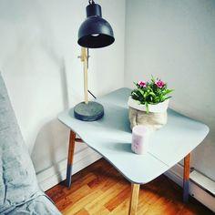 Une petite table d'appoint pour la chambre d'amis, un peu dans l'esprit suédois avec son mélange de bois et de bleu-gris