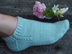 Ravelry: Footies med fläta pattern by Maja Karlsson Diy Knitting Socks, Knitted Socks Free Pattern, Crochet Socks, Knitted Slippers, Slipper Socks, Knitting Patterns Free, Hand Knitting, Knit Socks, Knitting Tutorials