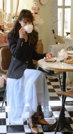 Yes, #tulleskirt is back in #style and here is a #chic #tulleskirtoutfit idea for #brunchdate in fall. Visit Brunette from Wall Street to find out more about this #trendy #dateoutfit now!