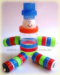 Boneco feito com potes de plástico, Doll made with plastic pots