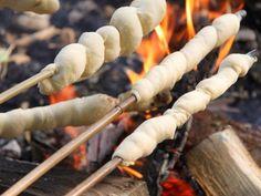 Das Stockbrotteig Thermomix Rezept für laue Abende am Lagerfeuer. Spitzenidee für Kindergeburtstage - hat super funktioniert. Wie es geht, lest ihr hier: http://www.meinesvenja.de/2011/07/12/stockbrot-fuer-laue-sommerabende/