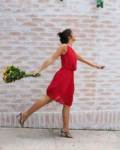 Valentine's Day mood!Começando o dia 14 com a cor da paixão e um look super confortável para quem quer ficar elegante e estilosa {longuete blusê recorte nas costas e plissado na saia wins!}. Marca: Iodice | Vestido Nivea | Valor Original: R$720 | Alugue por: R$210 | Tamanhos: 36 38 e 40 #dressandgo #alugueonline #alugueagora #alugueldevestidos #ladyinred #iodice #plissado #fluidez #longuete #consumoconsciente #SeuClosetInteligente by dress_and_go