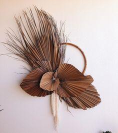 a big palmy piece for 💛💛 Deco Floral, Arte Floral, Floral Wall, Floral Design, Dried Flower Wreaths, Dried Flowers, Dried Flower Arrangements, Fall Plants, Diy Weihnachten
