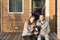 À 31 ans, il se construit une magnifique minuscule maison avec sa copine