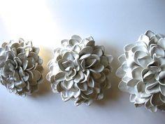Chaque pétale de cette Gardenia est sculptée à la main et attaché à une base d'argile. J'ai inclus deux trous dans le dos pour accrocher sécurisé sur votre mur.  Dimensions: 7 Couleur : blanc  Chaque fleur est signée au dos par l'artiste