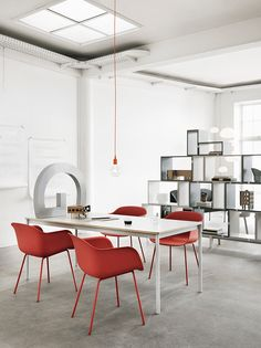 Fiber chair by Muuto. Contrasts are a good way to make an eye catching statement in your interior design. This dining room setting is full of contrasts. Design Retro, Vintage Design, Design Shop, Chair Design, Design Ideas, Scandinavian Living, Scandinavian Design, Nordic Design, Colors