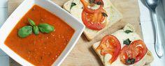 Paprika-courgettesoep met toast met zelfgemaakte pesto en gebakken champignons