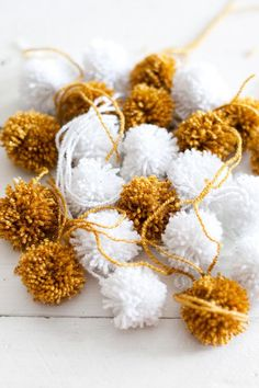 Cómo hacer una guirnalda de Navidad con pompones | Aprender manualidades es facilisimo.com