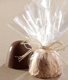Como fazer embalagens para doces? Confira ideias criativas e fáceis Chocolate Quotes, Chocolate Shop, Chocolate Gifts, How To Make Chocolate, Ikea Storage Cubes, Diy Storage, Baby Table, Cool Paper Crafts, Homemade Wedding Favors