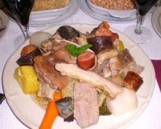 Este es uno de los platos más contundentes, compuesto de legumbres, vegetales y carnes. ¡Es ideal pa... - Uxbona/CC.BY.3.0