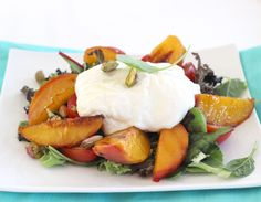 Delicious salad with peach and burrata Mozzarella, Camembert Cheese, Salads, Peach, Eggs, Healthy Recipes, Dining, Breakfast, Foods