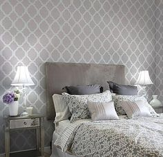 Trellis-wallpaper behind bed