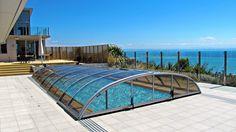 Zastřešení bazénu ELEGANT s výhledem na moře.