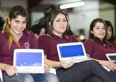 Alumnas de Lanús con sus netbooks de Conectar Igualdad