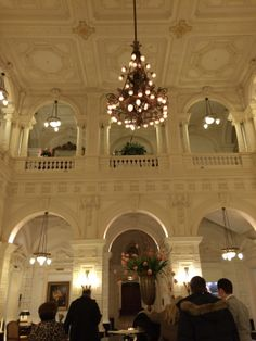 Great hall in the Amstel Hotel at the entrance… feels like you're in a castle huh? - Amsterdam East Side - Inoost.metmik.nl