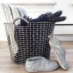 素材には、耐酸性ステンレス鋼を使用。環境に左右されない高い耐久性があり、輝きも長続きします。物を運ぶのは勿論、ランドリーバスケット、おもちゃ入れ、プランターなど、おうちの様々なシーンで活躍してくれるアイテムです。 Basket, Throw Pillows, Inspiration, Interior, Green, Biblical Inspiration, Cushions, Decorative Pillows, Design Interiors