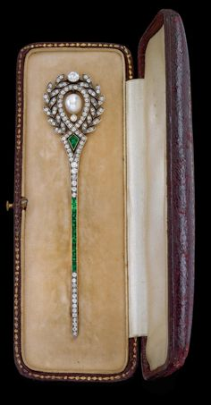 Diamond and emerald brooch. 14k rose gold, silver 800, old-cut diamonds total approx. 2 ct, cultured pearl, ca. 1900, 10 g, in original case