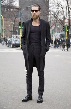 Nail that dapper look with a black overcoat and black dress pants. Black leather derby shoes will give your look an on-trend feel. Men Street, Street Wear, Justin O'shea, Estilo Hipster, Mode Sombre, Black Overcoat, All Black Fashion, Fritz Lang, Outfits Hombre