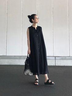 女性らしいラインが素敵なノースリーブワンピースにも、コンフォートサンダルはよく似合います。 ワンピースの色と合わせて、サンダルにも黒を選ぶことで、大人な雰囲気に仕上がります。