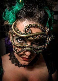 La máscara que se muestra en este listado es una muestra, hago a pedido, en cualquier esquema de color. Esta mascarilla es totalmente hechos a mano, esculpida de un diseño original por mí, utilizando material ultra ligero. Es acabado en pintura de su elección - se muestra aquí es una combinación de colores oro y verde y salpicado con cristales de colores gratuito. Esta máscara hace un impacto real en un evento. Los lazos de la máscara en 0,5 pulgadas ancha elástica, esto ofrece la ropa más…