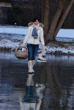 Eislaufen auf gefrorenen Seen oder Flüssen und Picknick