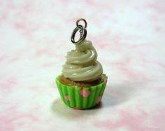 Charm Cupcake - Blanco Vanilla Buttercream Cupcake con verde lima y Joyería lunares rosados arcilla del polímero de los pasteles MADE TO ORDER