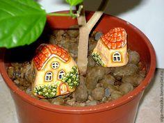 Купить Домик в саду маленький - оранжевый, домик, роспись акрилом, роспись по камню, природный камень