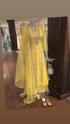 Kurti Designs Party Wear, Kurta Designs, Blouse Designs, Pakistani Dresses, Indian Dresses, Indian Outfits, Indian Attire, Indian Wear, Fancy Wedding Dresses